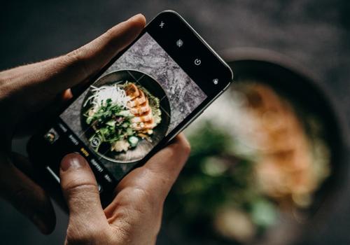 料理の写真を撮る